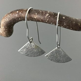 1542_IMG_0157_argentium_silver_earrings_handforged_wires_kathleen_barris_jewelry